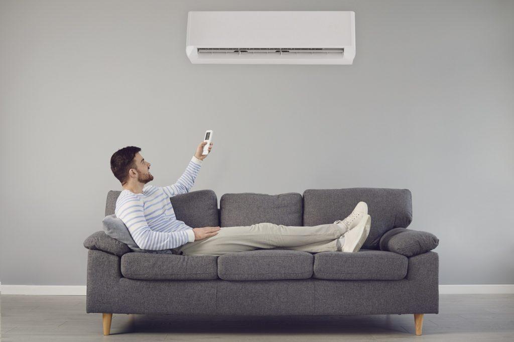 mężczyzna włącza klimatyzację